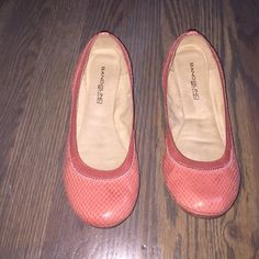 $15 coral croco flats Perfect for spring! Comfort technology in shoe bed, can walk anywhere in them! Super cute coral color with croco detail. Worn once. Bandolino Shoes Flats & Loafers