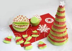 Tu sú ďalšie inšpirácie a foto postupy na vianočné dekorácie z papierových košíčkov. Opäť ideálne na tvorenie s deťmi.Postupy sú veľmi jednoduché, na obrázkoch sú naznačené. Texty sa vám zobrazia ak na obrázku podržíte kurzor myši.Ďalšie inšpirácie na tvorenie z papierových košíčkov nájdete Tu >>