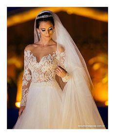 Nossa noiva Carol. ❤️ vestido em renda chantilly bordada à mão. Vestido Solaine Piccoli Joias @rosananegrao foto @estudiomegazap #solainepiccoli #instawedding #casamento #vestidodenoiva