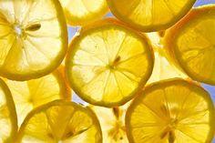 El limón posee innumerables propiedades curativas, las cuales han sido comprobadas y ratificadas en el transcurso de la historia. Es conveniente tenerlo siempre a mano en el hogar, pues es capaz de aliviar muchas afecciones.