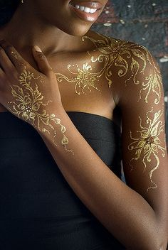 Your search for the perfect gold henna tattoo design ends here. Embrace some of the mind-blowing gold henna tattoo designs right here. Henna Tattoos, Henna Tattoo Muster, Body Art Tattoos, Tatoos, Tattoo Art, Flash Tattoos, Urban Tattoos, Temp Tattoo, Finger Tattoos