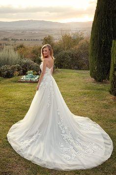 Popular Wedding Dresses, Designer Wedding Dresses, Winter Wedding Destinations, Destination Weddings, Wedding Locations, Bridal Gowns, Wedding Gowns, Space Wedding, Ball Gown Dresses