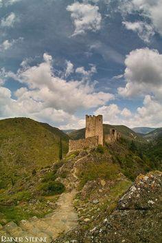 Chateaux de Lastours (F) auf den Spuren der Katharer. Bei Chateaux de Lastours in Frankreich handelt es sich um 3 (ursprünglich 4) Burgen sie gehören zu den letzten Zeugen des Albigenserkreuzzugs (1209 bis 1229) der von Papst Innozenz III initiiert wurde. Der Kreuzzug verfolgte die Glaubensgemeinschaft der Katharer und dies waren einige ihrer Burgen die sie kampflos aufgaben.  Sie bestehen aus Château de Cabaret der Stammsitz des Seigneurs de Cabaret der Burg Château de Surdespine und der…