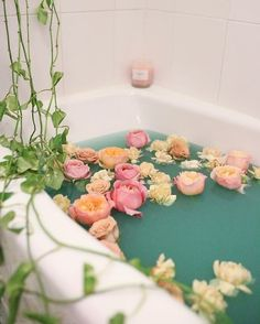 Soaking in a hot bath after a long day at work is pure bliss. Sprinkle some flowers into your tub, and you have yourself a beautiful relaxation ritual that's Entspannendes Bad, Pinterest Instagram, Milk Bath, Bath Water, Spa Day, Bath Time, Bath Bombs, Bath And Body, Plants