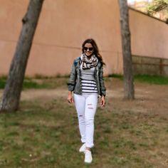 Look inverno, winter, sobreposição, listras, calça branca, calça destroyed, jaqueta de couro, gola, lenço, casual look