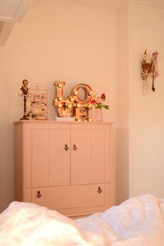 Retromantisch retro interior blog bulb lamp industrial vintage cabinet pink nude…