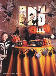 Be inspired by these easy, spooky Halloween table settings and decoration ideas to ensure your party is a scream. Retro Halloween, Spooky Halloween, Halloween Tisch, Halloween Horror Nights, Holidays Halloween, Halloween Treats, Happy Halloween, Halloween Party, Spirit Halloween