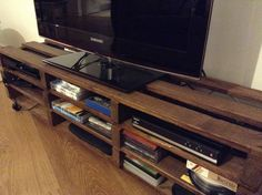 Pallet TV stand and shelving (de The Pallet House)