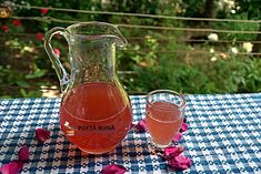 Trandafirata, lichior fin de trandafiri, reteta veche, simpla Cold Drinks, Alcoholic Drinks, Tea Cafe, Oita, Youtube, Pickles, Dessert Recipes, Ice Cream, Gardening