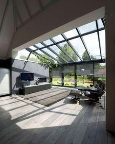 Serre, uitbouw en overkapping | Moderne aanbouw met houten vloer. Door Tamara