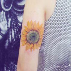 Girassol da querida Thaís Felicidade, vitalidade, calor e toda energia do maravilhoso Sol! ☆feita com pigmentos e demais materiais Electric Ink. #tattoo #electricink #taizane #tattoo #sunflowertattoo #girassoltattoo