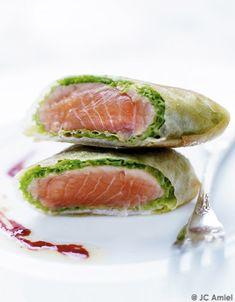 Recette Croustillant de saumon frais au chou vert : Mettez une casserole d'eau salée à bouillir.Effeuillez le chou vert. Sélectionnez 4 grandes feuilles ve...