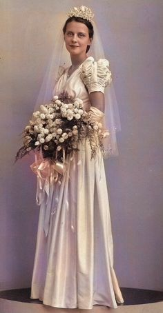 Vintage wedding dress brides ideas for 2019 1930s Wedding, Vintage Wedding Photos, Vintage Bridal, Vintage Weddings, Wedding Dress Styles, Wedding Attire, Wedding Bride, Wedding Gowns, 1940s Wedding Dresses