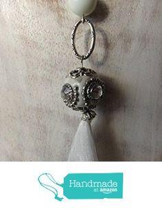 Collar largo blanco hecho a mano con bola indonesa y perlas de río. de Joyería y Bisutería artesanal Oscurarosa https://www.amazon.es/dp/B01N4L03AZ/ref=hnd_sw_r_pi_dp_N6kCybCKGQ4CR #handmadeatamazon
