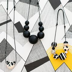 Wooden bead necklaces are simple to make and take very little time. Tutorial in English and Swedish.