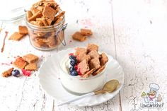 Deze koolhydraatarme kaneel crunchies zijn een lekker koolhydraatarm alternatief voor reguliere ontbijtgranen. Zowel lekker in de yoghurt als melk! #koolhydraatarm #ontbijt #cereal Low Carb Keto, Low Carb Recipes, Healthy Recipes, What To Cook, Almond Flour, Lchf, Pecan, Waffles, Cinnamon