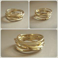 Wikkelring - Een ring met vele gezichten. Deze wikkelring heb ik vervaardigd van glanzend geelgoud vierkant - met afgeronde hoeken - draad. Door het 'nonchalant' wikkelen van het draad ontstaat er een zeer boeiende ring die tijdens het dragen steeds van uiterlijk verandert, door het draaien om de vinger.
