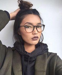 Óculos grandes vão bem com cílios definidos e delineador fininho + batom marrom