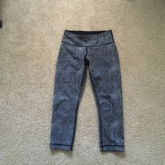 Luxtreme Lululemon cropped leggings Size 4, in excellent condition! Luxtreme material lululemon athletica Pants Leggings