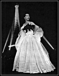 Mode Vintage, Vintage Vogue, Vintage Glamour, Vintage Beauty, Prom Gowns Vintage, Vintage Outfits, Vintage Clothing, Fifties Fashion, Retro Fashion