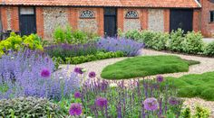 Sue Townsend Garden Design offers a friendly, professional garden design service throughout Suffolk, Norfolk, Essex and London, tailored to suit your needs and budget.  If you are looking for inspiration and design expertise to draw out the full potential of your garden –