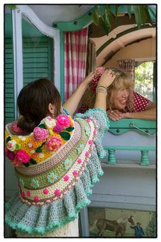 Adinda Zoutman, komt voor de 4e keer om met jullie te haken! Samen haken, samen lachen, samen smullen, samen haken, samen zwemmen, samen drinken, samen haken, samen kletsen, samen genieten…. en weer samen de deur uit met prachtige haaksels.. het kan allemaal, je kiest zelf wat je wil haken, een tas, een stola, een vestje … Diy Crochet And Knitting, Freeform Crochet, Crochet Scarves, Crochet Clothes, Crochet Lace, Crochet Stitches, Crochet Patterns, Hippie Crochet, Crochet Shawls And Wraps
