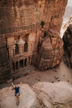 jordan travel guide – hike to the top of Petra -https://ourgoodadventure.com/2017/06/jordan/