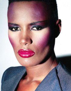 Adoro o exagero nos looks e na maquiagem! Muita cor. Algumas imagens das personalidades marcantes da época:  Grace Jones