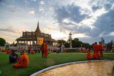 La «Perle de l'Asie» retrouve peu à peu son éclat d'antan. Après avoir vu sa réputation ternie par le règne sanglant des Khmers rouges de Pol Pot, dans les années 70, Phnom Penh s'impose de nouveau parmi les grandes capitales asiatiques qui valent le détour.