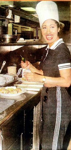 Selena cooking a Mexican meal for the crews at the studio. Selena Quintanilla Perez, Selena And Chris, Selena Selena, I Miss Her, Her Music, Aaliyah, Celebs, Celebrities, American Singers