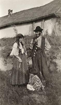 Picture Id: 949347 Gypsy Romani parents smile and look down at their child playing in the grass. Gypsy Caravan, Gypsy Wagon, Gypsy Life, Gypsy Soul, Santa Sara, Gypsy People, Gypsy Culture, Gypsy Living, Vintage Gypsy