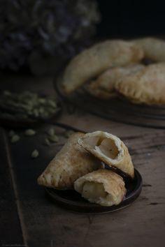 Kleine Hand Pies mit Vanille-Birnen-Füllung und Kardamom - Backbube