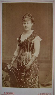 Carte de visite, I love the US Flag theme of the outfit.Was it for a ball I wonder? Victorian Fancy Dress, Victorian Costume, Victorian Dresses, 1880s Fashion, Victorian Fashion, Vintage Fashion, Historical Costume, Historical Clothing, Masquerade Fancy Dress