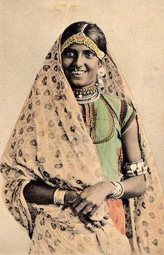 Hindoestaanse vrouw Bhoodia 1920. Klik foto voor interviews van Sebieren Hassenmahomed met bejaarde hindoestaanse vrouwen over hun levensgeschiedenissen.