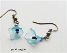Zum monatlichen Farbthema,biete ich ein schönes Paar blaue Blütenohrringe aus hellblauen Lucite Blüten an Bronzefarbenem Ohrhaken.