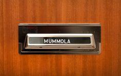 Tämä ovi aukeaa 70-luvun retromummolaan. Kuva: Sakari Kiuru / Helsingin kaupunginmuseo. Museums