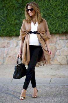 Perfect for the fall! Another poncho or jacket is loosely tied with a belt over the baby's belly. Stylish idea Maternity wear Fashion for pregnant women modern Trend maternity clothes – pregnancy. Stylish Maternity, Maternity Wear, Maternity Style, Maternity Clothing, Maternity Looks, Maternity Swimwear, Maternity Pants, Spring Maternity Fashion, Maternity Boutique