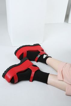 n Socks And Sandals, Crazy Shoes, Sock Shoes, Platform Shoes, Beautiful Shoes, Shoes Sneakers, Footwear, Style Inspiration, Legs