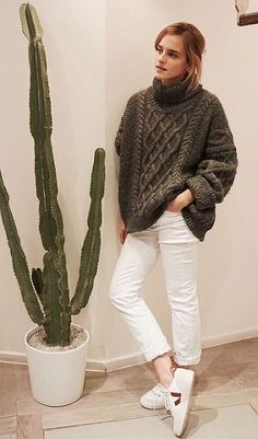 Celebrity look | Oversize turtle neck sweater, white skinnies and sneakers