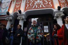 Y Almodóvar, emocionado, por fin celebró su película 'La mala educación'. Ayer el cineasta asistió a un coloquio tras su película sobre el acoso en los colegios, que nunca tuvo estreno de gala por el 11-M. Gregorio Belinchón   El País, 2017-03-15 http://cultura.elpais.com/cultura/2017/03/15/actualidad/1489556901_892836.html