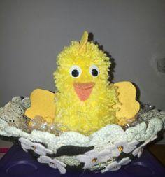 Pulcino realizzato con uovo di polistirolo e ponpon di lana...nido con centrino di uncinetto