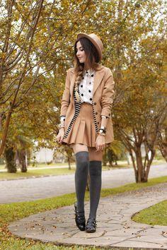 Look de outono com mix de estampas em preto e branco, listras + bolinhas. Os complementos são nude com saia plissada e blazer vintage.