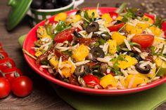 PROBLEM Z DYNI. Sałatka z rukolą, makaronem orzo, dynią, pomidorami, oliwkami, pestkami dyni i słonecznika.