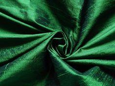 Este listado está para un tejido de seda de dupioni puro exquisito y hermoso en verde. Utilizar para hacer faldas, vestidos, tops, accesorios, ropa de hogar o para cualquier otro proyecto de arte.  Embellecer tus proyectos bricolaje creativos con esta tela única y étnica.  Tamaño *** Longitud - elija en el menú desplegable de Disponibilidad Pulgadas de ancho - 45  Color ***  Verde  Para telas de seda puras en otro color o cantidad  https://www.etsy.com/listing/248172921&#x...