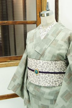 アイボリーに近いパウダーグレーに、繊細な詩情ただよう格子模様が重なるように浮かび上がる絣風の単着物です。 #kimono