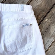 7 for all mankind white cropped jeans Must have staple in great condition! 7 for all Mankind Jeans Ankle & Cropped