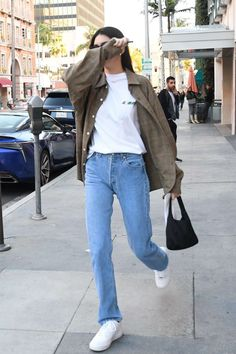 Kendall Jenner Light Brown Oversized Shirt Street Style Autumn Winter 2020 on SASSY DAILY - Kendall Jenner Street Style in a Oversized Light Brown Button Front Woolen Shirt Leaving The, Autum - Kendall Jenner Outfits Casual, Kendall Jenner Estilo, Kylie Jenner, Casual Outfits, Kendall Jenner Clothes, Kendall Jenner Shirt, Jenner Hair, Jenner Makeup, Street Style Vintage