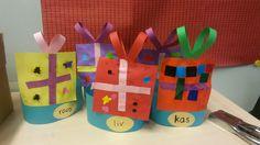Cadeau sinterklaas mutsen: laat groep 2 zelf vormpjes knippen en gebruik voor groep 1 plakfiguren