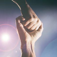 Les énergies de l´univers sont captées par les mains qui ont besoin de soins spéciaux, car c´est la porte d´entrée principale de ces forces de l´environnement ou de la nature.