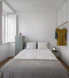 kleines-schlafzimmer-weiss-gestrichene-wande-hangende-kleiderstange-hochkommode
